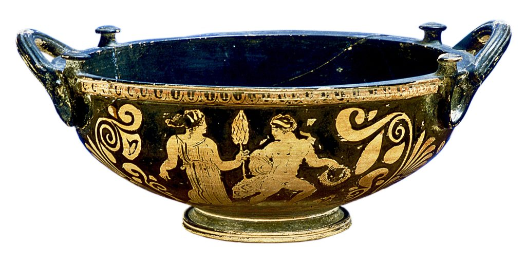 Grande bacino (phiale) a figure rosse di produzione apula con Dioniso in corsa e menade, databile al 360-340 a.C., Pittore del Tirso Gruppo di Lecce